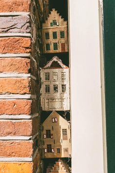 The tiny hidden houses in Amsterdam that you must find (with address) - Looking for an Amsterdam secret? Find three of the adorable tiny hidden houses in the Jordaan neighborhood of Amsterdam are hidden within a small crack! Amsterdam Itinerary, Amsterdam Travel Guide, Amsterdam Houses, Amsterdam City, Amsterdam Jordaan, Amsterdam Photography, Amsterdam Red Light District, Hidden House, Secret Places