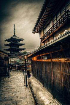 welcome visit my page & give me a like www.facebook.com/crphoto66 in Japan Kyoto 攝於日本京都 法観寺(ほうかんじ)は京都府京都市東山区にある臨済宗建仁寺派の寺院。山号は霊応山。観音霊場として知られる清水寺の近隣に位置する。街中にそびえ立つ五重塔は通称「八坂の塔」と呼ばれ、周辺のランドマークとなっている。境内は狭く、塔以外に目だった建築物がないことから、「八坂の塔」は寺自体を指す通称ともなっている。 寺の正式名は法観寺です。八坂神社と清水寺の中間に位置しており、「八坂の塔」という呼称で余りにも有名なので、正式名はあまり知られていないようです。東大路から東へ坂道を上るこの風景は、なんとも表現できない程、素敵な情景です。京都にいるんだな、と実感できる場所でもあります。 法觀寺(ほうかんじ)是位在日本京都府京都市東山區的臨濟宗建仁寺派寺院。山號「靈應山」(れいのうざん)。本尊藥師如來、傳說開基(創立者)為聖德太子。五重塔通稱「八坂之塔」,是東山一帶的象徵。