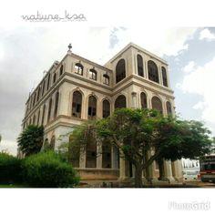 قصر أثري تاريخي من قصور الطائف الأثرية الجميلة ، إنه قصر الكاتب ، وهو قصر فخم جداً حتى وإن كان قديماً .  تصوير من زاوية أخرى