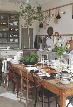 table de cuisine en bois massif, cuisine chene massif, intérieur en bois dans la…