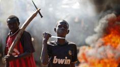 PIBE GUERRERO. Musulmanes armados, entre ellos niños, cortan una ruta en la nación Centroafricana,  en Bambarí. Protestan luego de que tropas francesas abrieran fuego contra manifestantes civiles. (Reuters) . Más fotografías: http://hd.clarin.com/tagged/El%20d%C3%ADa%20en%20fotos