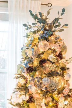 A classic southern Christmas home tour with different themed rooms, including champagne, wine and other Christmas color schemes Christmas Tree Yellow, Unique Christmas Trees, French Christmas, Ribbon On Christmas Tree, Christmas Hanukkah, Christmas Tree Themes, Christmas Colors, Beautiful Christmas, Christmas Home