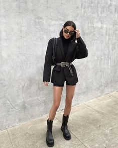 Its almost winter but style girls are not ditching cycling shorts # Outfits femme Its almost winter but style girls are not ditching cycling shorts Black Girl Fashion, Look Fashion, Winter Fashion, Spring Fashion, Fashion Beauty, Classy Fashion, Cute Casual Outfits, Short Outfits, Summer Outfits