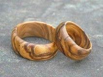Wanneer jullie een duurzame bruiloft willen, horen daar ook duurzame ringen bij.  Iedere 5 a 10 jaar moeten deze vervangen worden. Wat vind je van deze houten trouwringen?