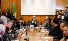 O presidente da Câmara em reunião com líderes da Casa para tratar da pauta de votação