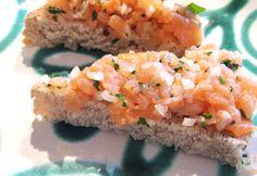 Dieses leckere Lachstartar kommt bei Parties als Dip zu Kräckern sehr gut an. Überzeugen Sie sich selbst von dem köstlichen Rezept.