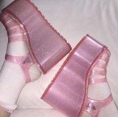 Imagem de grunge, pink, and shoes Dr Shoes, Cute Shoes, Me Too Shoes, Aesthetic Shoes, Aesthetic Clothes, Catty Noir, Daphne Blake, Vogue, Platform Shoes