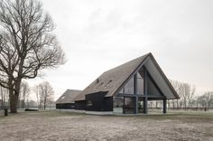 All black architecture Contemporary Barn, Modern Barn, Modern Farmhouse, Garden Architecture, Architecture Details, Black Architecture, Eco Buildings, Property Design, Building A New Home