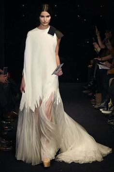 Different Wedding Dresses (Page Why marriage ceremony clothes are so costly? There are two sides to this argument. Some say that as a result of bridal clothes use beautiful materials. Different Wedding Dresses Stephane Rolland, Look Fashion, High Fashion, Fashion Show, Fashion Details, Couture Fashion, Runway Fashion, Couture Dresses, Fashion Dresses