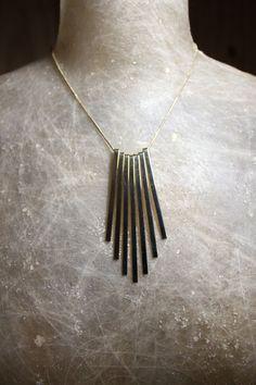 O colar Stalactite Dourado é perfeito para as clássicas de plantão que não deixam de investir em modernidade e em peças oponentes.