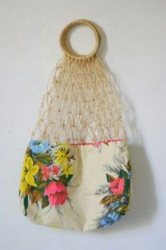 Net shopping bag by Copirates. So granny, so green. It's sisal not raffia, but it fits the board. My Bags, Purses And Bags, Net Shopping, Diy Sac, Net Bag, Macrame Bag, Clutch, Knitted Bags, Kitsch