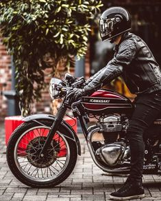 Rider with on a Kawasaki cafe racer wearing Bell Bullitt lid and black 'Rocker' jacket. Retro Motorcycle Helmets, Cafe Racer Motorcycle, Motorcycle Style, Motorcycle Outfit, Biker Style, Cafe Racer Helmet, Classic Motorcycle, Classic Bikes, Kawasaki Cafe Racer