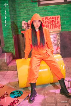 Why Mamamoo is empowering women:Solar: Her character is a princess/queen but she doesn't behave like we would picture someone royal. At the end of the teaser, she ripped off her dress and wore pants. K Pop, Jeonju, Kpop Girl Groups, Korean Girl Groups, Kpop Gifs, Wheein Mamamoo, Solar Mamamoo, Kpop Fashion, South Korean Girls