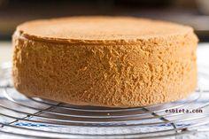 """Tal y como pone en el libro """"Le Cordon Bleu"""", la proporción estándar del bizcocho genovés es la siguiente: 4 huevos medianos 120 g de harina 120 g de azúcar 1 pizca de sal"""