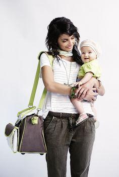 Bébé, maman et le sac BabyFly  http://produits-puericulture.babymoov.fr/sac-a-langer-baby-style.html