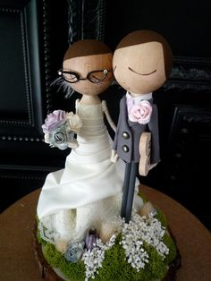 This is a super cute idea for a cake topper or for table decor. Find more ideas at YourSimplyLovelyWedding Facebook Page or go directly to yoursimplylovelywedding.com to book a wedding planner.