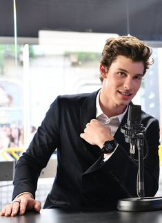 Omg how handsome can Shawn Mendes be?
