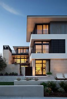 Chic beach house displaying inviting interiors in Manhattan Beach This modern beach house is extremely welcoming and chic, the imagination of Chris Barrett Design, situated on a walk street in Manhattan Beach, California. Chic Beach House, Beach House Decor, Home Decor, Modern Exterior, Exterior Design, Style At Home, Facade House, House Facades, Decoration Table