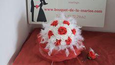 BOUQUET DE MARIÉE ROND THÈME ROUGE AVEC DES ROSES, PERLES ET PLUMES Marie, Roses, Feathers, Pink, Rose