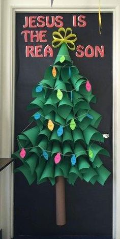 Get innovative and show some love to the dorm door. This post gives you some of the best ideas on Christmas dorm door decorations. Christmas Photo Booth, 3d Christmas Tree, Christmas Origami, Christmas Crafts, Merry Christmas, Diy Crafts For Girls, Winter Crafts For Kids, Kids Crafts, Dorm Door Decorations