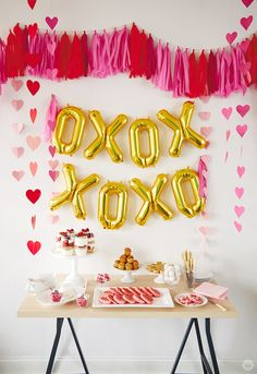 DIY Valentine's day decorations for you to host your next party, Valentine's wreaths, Galentine's brunch party ideas, elegant Valentine's day party decorations Valentines Day Food, My Funny Valentine, Valentines Gifts For Boyfriend, Valentines Day Decorations, Surprise Boyfriend, Vintage Valentines, Valentinstag Party, Valentines Bricolage, Valentine Crafts