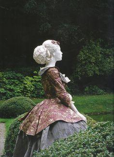 Isabelle de Borchgrave; paper sculpture