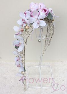 Zijde bruidsboeket op een zilverkleurig frame met paars/Lila orchideeën. In meerdere kleuren mogelijk.