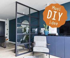 Maak zelf deze steel look room divider. Bekijk ons Mooi DIY idee Diy Room Divider, Divider Ideas, Retro Room, Glass Partition, Garden Deco, Diy Door, Living Room Kitchen, Home And Garden, Bedroom