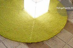 Sonnige Inspiration für sonnige Tagen!  Unser Shristi-Filzball-Teppich bringt zweifelsohne jeden Raum zum Erleuchten. Alleine der Anblick elektrisiert schon! Das organische Muster dieses Teppichs verleiht ihm einen natürlichen Touch. Wenn Sie einen etwas faden oder leblosen Raum haben, haucht ihm dieser Teppich neues Leben ein.