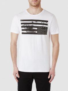 Indigo SELECTED Homme - Regular fit - 100 % Baumwolle - Rundausschnitt - Bedruckt - Leichte und weiche Qualität. Inspiriert vom amerikanischen Motiv haben wir hier zwei coole T-Shirts, die für den American Lifestyle stehen. Trage zu diesen T-Shirts schwarze, ausgewaschene Jeans und kompakte Boots. 100% Baumwolle...