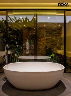 Banheira Barcelona e monocomando de piso Amazon, no projeto Casa MCNY do escritório MF+Arquitetos