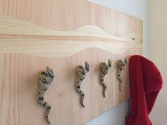 Garderobe mit Boa Constrictor und Intarsien aus Kiefernholz