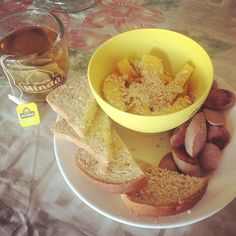#healthybreakfast in #CosteñoMode #Mango recién bajao del palo #MasOrgánicoPaDonde con #AvenaEnHojuelas de @quakercolombia, porción de la propia #Butifarra cocinada en agua sin más ná, porción de pan 🍞 integral de @artesano_naturalcafe y té verde con #Piña 🍍de @tehindu mezclado con té orgánico #MothersMilk de #herbalists regalo de mi amiga @anitadominguez82!!!