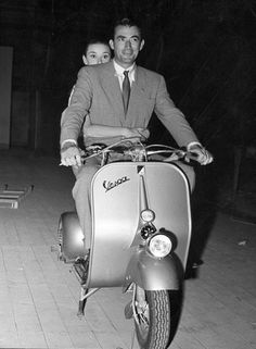 Audrey and Greg posing for Roman holiday promotional stills Hollywood Men, Golden Age Of Hollywood, Classic Hollywood, Audrey Hepburn Born, Atticus Finch, Gregory Peck, Film Institute, Roman Holiday, British Actresses