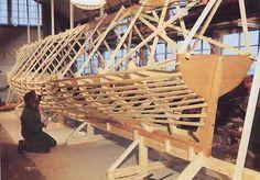 """Construction de """"Fraternité"""", la première yole de Bantry française, par Charles Fresneau de St-Lunaire. La quille est en chêne, l'étambot, l'étrave et  la membrure en pin d'Amérique, le bordé et les bancs en sapin. Terminée trop tard pour aller défendre les couleurs françaises dans la première édition de l'Atlantic Challenge à New York, elle est lancée en France à l'occasion des fêtes de  Douarnenez 1986,  pour l'association Karenn de Brest."""