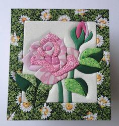 Porta Jóias De Patch Embutido  Love this appliqued rose block.