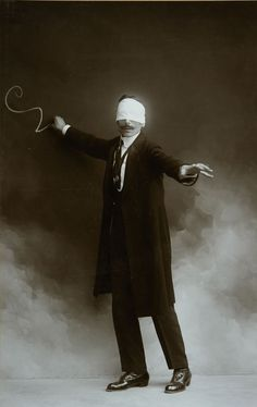 Benvenuti, F.      Hipnotizador    Fotografía, [ca. 1910]    Biblioteca Nacional de España