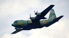 C-130H  愛称は「ハーキュリーズ」、世界各国で採用されている戦術輸送機です  国産C-1輸送機の補助用として、昭和56年度から購入することになった戦術輸送機。完全武装の空挺隊員64人(通常の搭載人員は92名)を乗せることができます。米国初のターボプロップ(エンジン名)実用輸送機で、「ハーキュリーズ」の名前で知られています。米空軍、海軍、海兵隊のほか、世界各国でも採用されています。