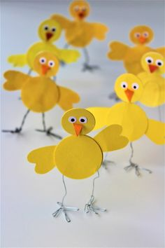 Make your own super easy Easter chickens - Danish Things - Easy Easter decorations. Super easy Easter chicks that you can make with kids. Make Easter decorati - Diy For Kids, Crafts For Kids, Easter Crafts For Seniors, Fun Crafts, Diy And Crafts, Chicken Crafts, Easter Garland, Easter Celebration, Spring Crafts