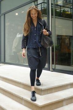 jeanne porte une blouse drapée en lin gris : VDJ