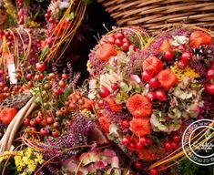 Casket Flowers, Fall Deco, Heart Wreath, Flower Vases, Wreaths, Ethnic Recipes, Floral, Fall Pumpkins, All Saints Day
