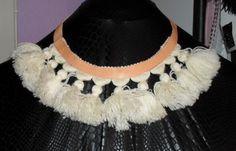 Halssmycke i läder med tofsar.