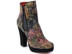 P-2242 - Botín de corte al tobillo en textil tapiz de estampado floral, combinado con maxitacón y plataforma en ante negro. ¿Sabes dónde encontrarlo? www.pacogilshoes.com