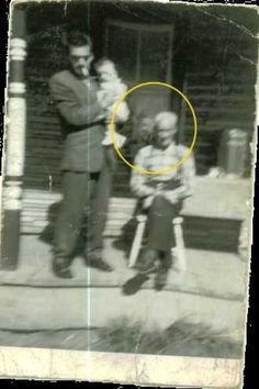 Here is an old photo of a man holding his daughter, while his father sits in front of their porch. It seemed like a pretty normal day, that ... Real Ghost Pictures, Ghost Images, Ghost Photos, Photo Halloween, Paranormal Pictures, Ontario, Que Horror, Scary Places, Haunted Places