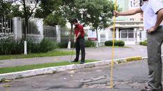 """Com o objetivo de mostrar o péssimo estado de conservação das ruas de Porto Alegre, o coletivo Shoot the Shit lançou o vídeo """"Paraíso do Golfe"""", na qual transformaram as vias públicas da cidade em campos de golf."""