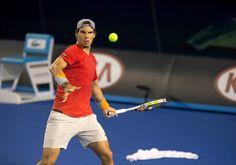 Rafael Nadal est bien arrivé à Melbourne Park. Le Majorquin reprend ses marques sur la Rod Laver Arena.