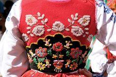 Portuguese Culture and Art!  ♥️  …  Termina hoje uma das maiores e mais importantes Romarias de Portugal - Srª D'Agonia, em Viana do Castelo, onde todos os anos podemos assistir ao Desfile da Mordomia. Ficam algumas imagens que pretendem ilustrar uma das maiores riquezas da cultura e arte portuguesas.♥️ #vianadocastelo #desfilemordomia #mordomasviana #ouroviana #filigranaportuguesa #ouroportuges #festasdeviana