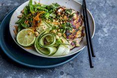 Sitrongressmarinert kylling er litt små-spicy, men du kan selv justere chilimengden etter egen gane. Grønnsakene kan også varieres, så se på det som et forsalg – ingen fasit altså. Tips: Både bønneskudd og delte sukkererter kan gjerne få et raskt opphold i kokende vann før servering. Food N, Couscous, Salmon Burgers, Hummus, Sprouts, Bowls, Chicken, Dinner, Vegetables