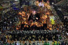A segunda noite de desfiles das escolas de samba na Sapucaí, no Rio (Foto: EFE/Luiz Eduardo Pérez) - http://epoca.globo.com/tempo/fotos/2015/02/bsegunda-noite-de-desfilesb-das-escolas-de-samba-na-sapucai-no-rio.html