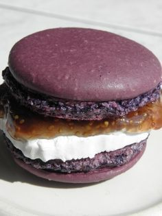Macaron chèvre et figue. MMMM looks like a PB&J mac! Macarons, Tapas, French Macaroons, Buffets, Creative Food, No Cook Meals, Food Inspiration, Love Food, Brunch